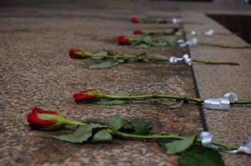 Rosen zum Gedenken an die Opfer
